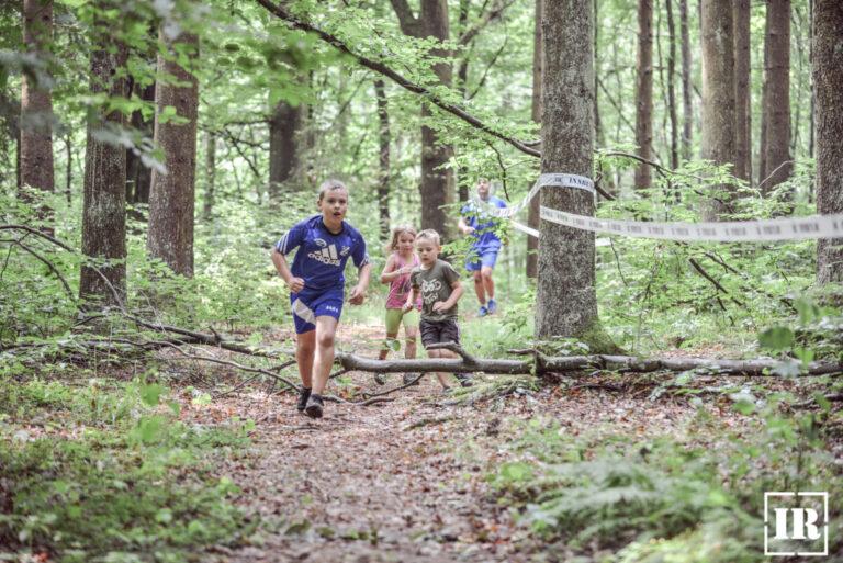 Hindernislauf INN RUN in Passau - Auch für Familien und Kinder - Family RUN - Bayern, Deutschland - Kinder laufen durch den Wald