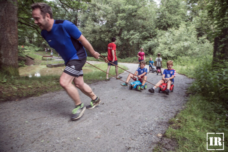Hindernislauf INN RUN in Passau - Auch für Familien und Kinder - Family RUN - Bayern, Deutschland - Bobbycar ziehen
